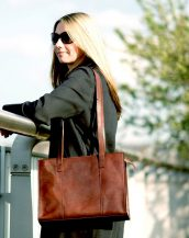 If you are in search of a traditional leather work bag with a modern twist, look no further. The Scala A4 Leather Work Bag is a stunning reinterpretation of a classic leather tote bag.