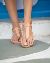 With a Greek style, the Pan are leather T-strap sandals designed to make you feel extra comfortable and stylish.