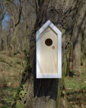 A stylish feeding haven, the Wooden Birdhouse Emma Snow is a great bird feeder in a quirky design that will look great when hung in the garden.