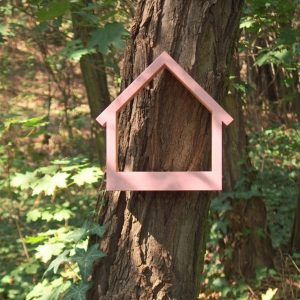 A great gift for any of your bird-loving friend, the Wooden Bird Feeder Stella Pinky is a pretty haven for our feathered friends providing a great way to observe birds and their hatchlings close to home.