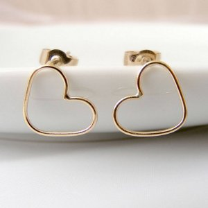 A thoughtful token to remind that special person of how unique and perfect they are, the Gold Heart Stud Earrings make the perfect jewellery gift and are ideal to wear on your wedding day.
